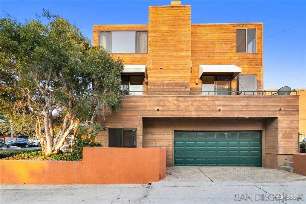 Main Photo: PACIFIC BEACH Townhome for sale : 4 bedrooms : 1481 La Playa Ave in San Diego