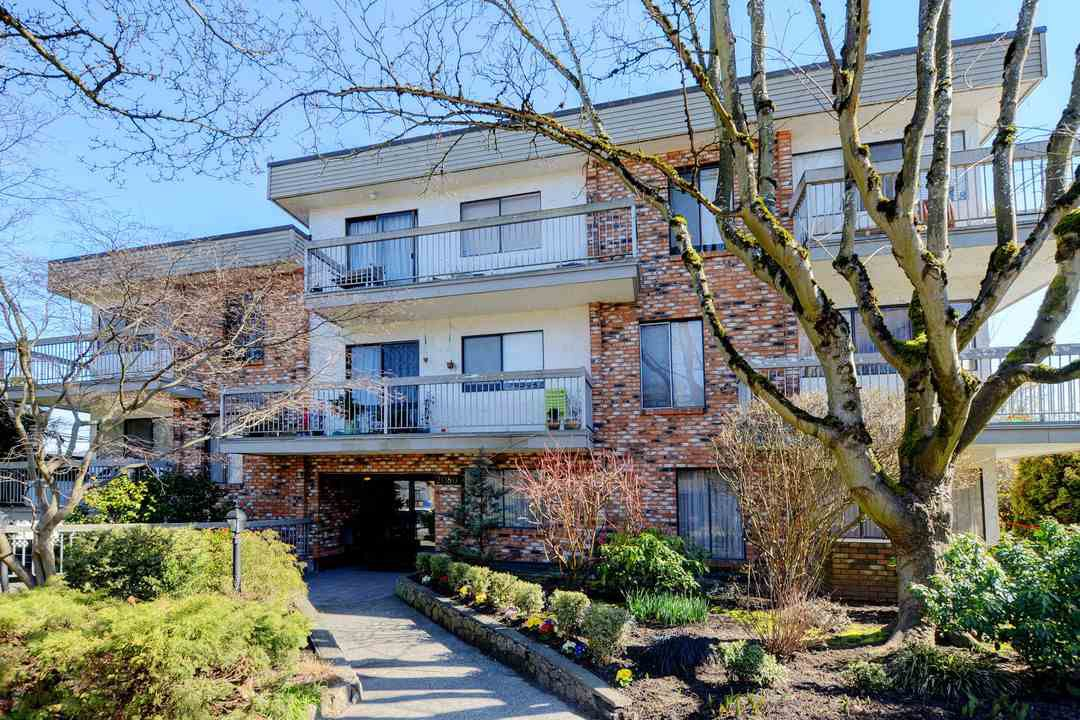 "Main Photo: 209 2080 MAPLE Street in Vancouver: Kitsilano Condo for sale in ""Maple Manor"" (Vancouver West)  : MLS®# R2350057"