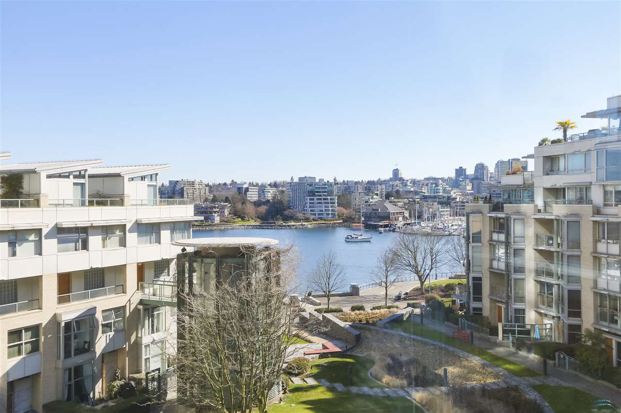"Main Photo: 605 1228 MARINASIDE Crescent in Vancouver: Yaletown Condo for sale in ""CRESTMARK II"" (Vancouver West)  : MLS®# R2427268"