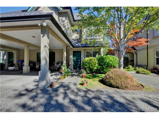 Main Photo: 4 2633 Shelbourne Street in VICTORIA: Vi Jubilee Townhouse for sale (Victoria)  : MLS®# 369788