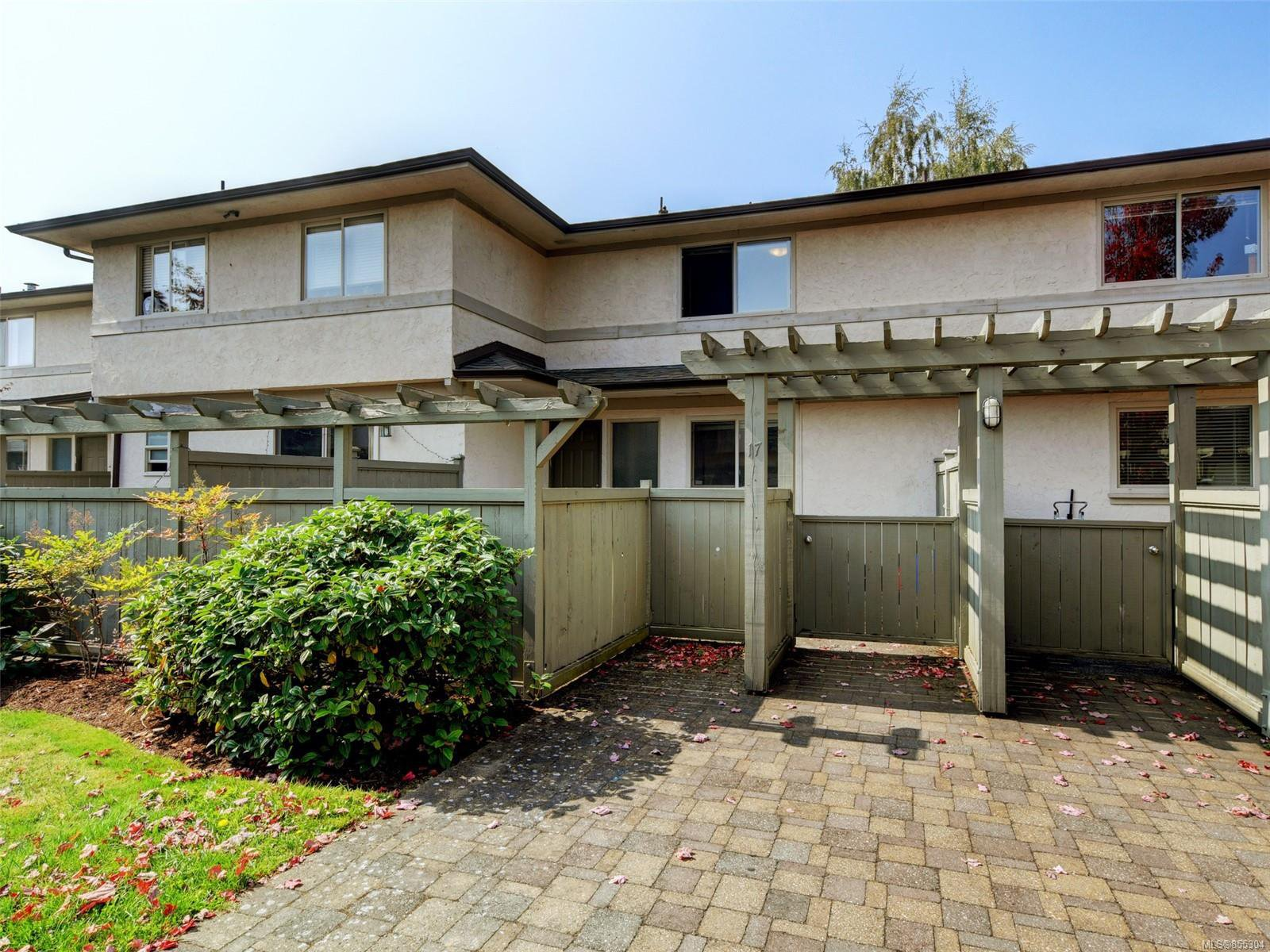 Main Photo: 17 4061 Larchwood Dr in : SE Lambrick Park Row/Townhouse for sale (Saanich East)  : MLS®# 855304
