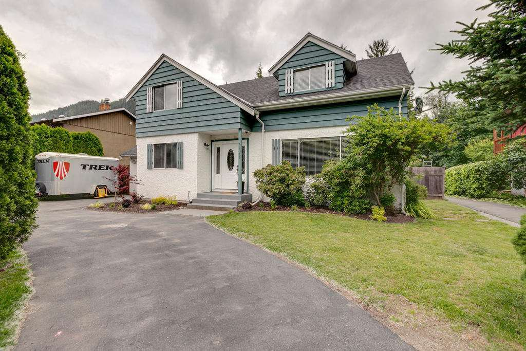 "Main Photo: 41318 KINGSWOOD Road in Squamish: Brackendale House for sale in ""Eagle Run"" : MLS®# R2277038"