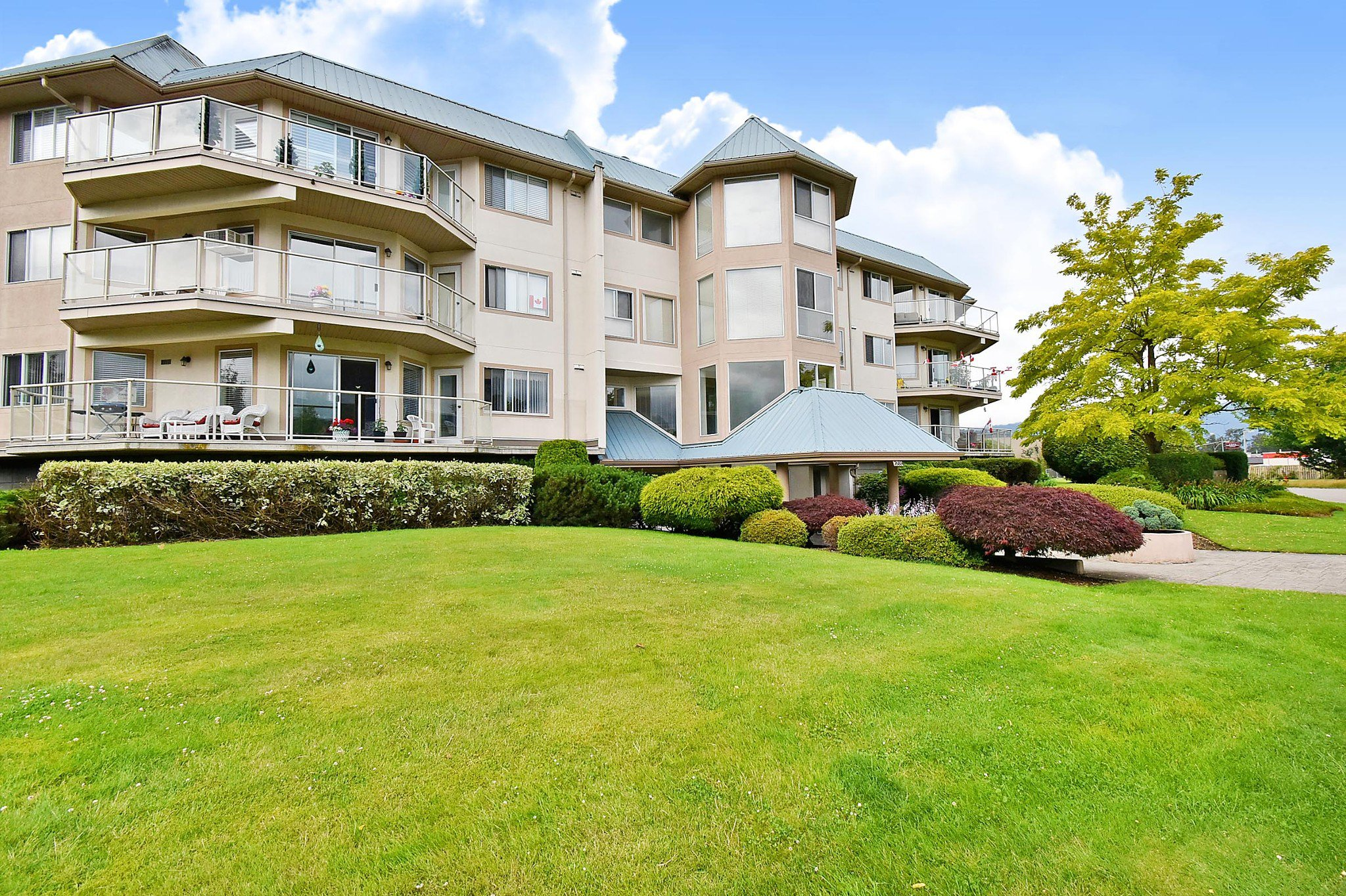 "Main Photo: 306 7685 AMBER Drive in Chilliwack: Sardis West Vedder Rd Condo for sale in ""The Sapphire"" (Sardis)  : MLS®# R2513497"