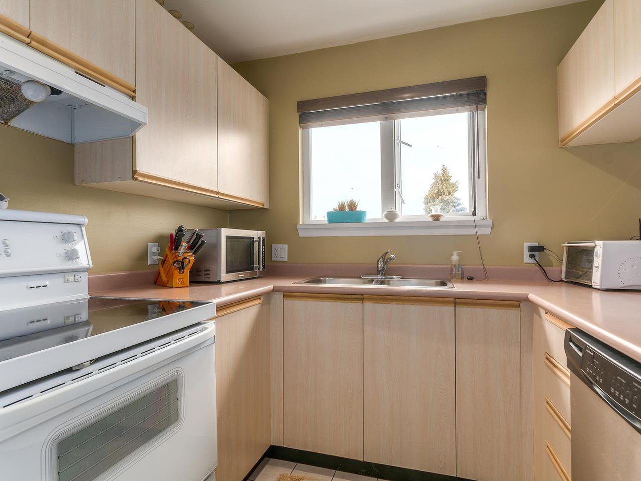 """Photo 11: Photos: 301 1623 E 2ND Avenue in Vancouver: Grandview VE Condo for sale in """"GRANDVIEW MANOR"""" (Vancouver East)  : MLS®# R2122830"""