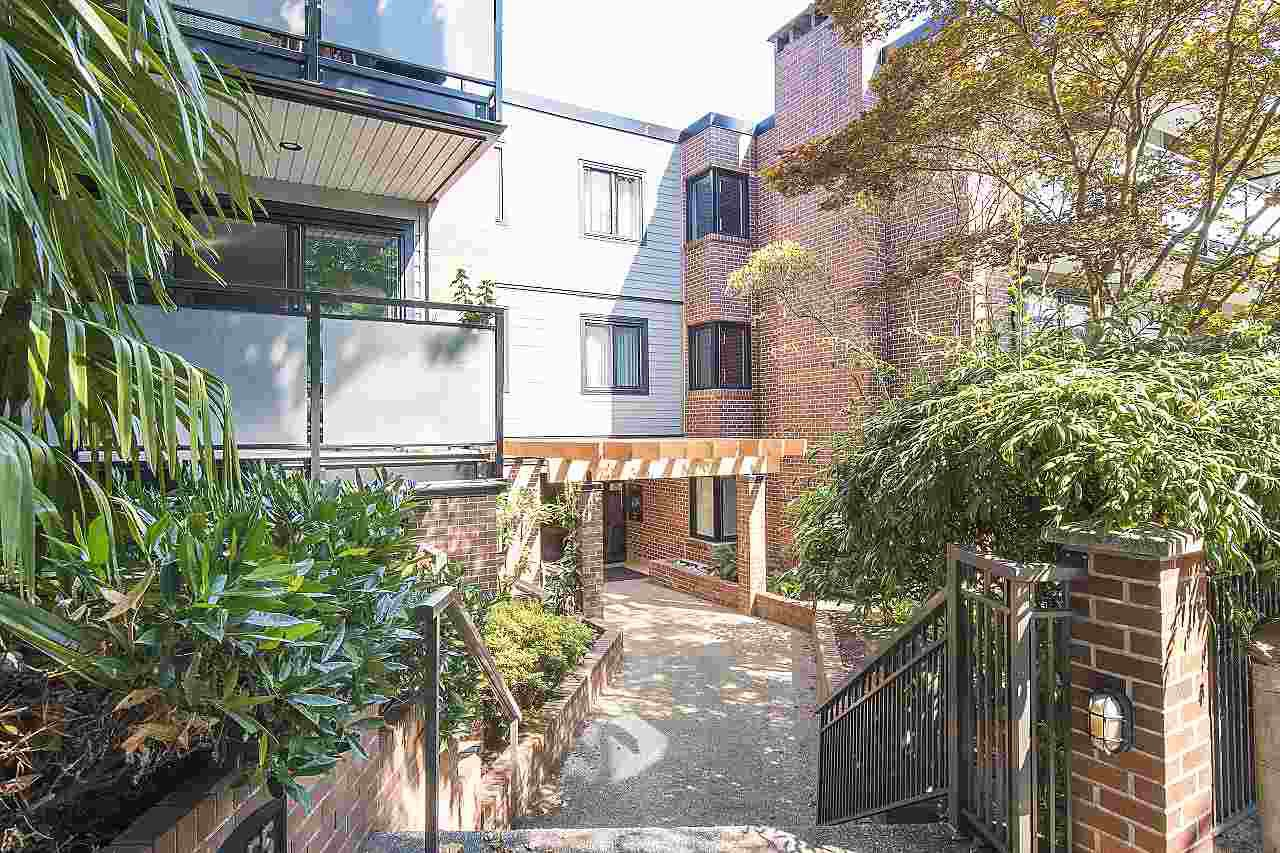 "Main Photo: 304 2255 YORK Avenue in Vancouver: Kitsilano Condo for sale in ""BEACH HOUSE"" (Vancouver West)  : MLS®# R2301531"