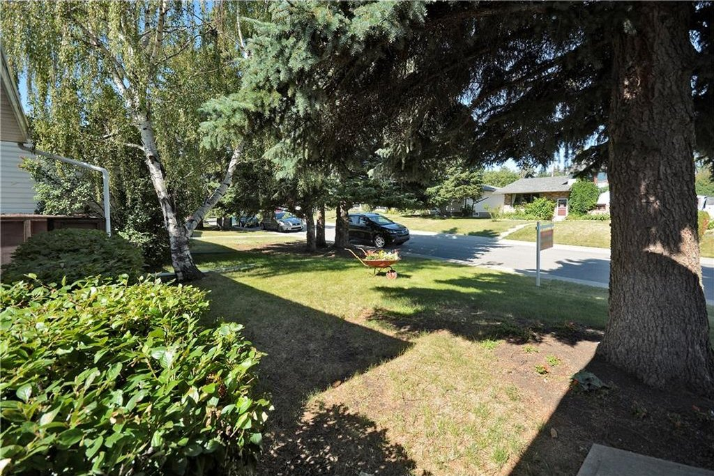 Photo 3: Photos: 4532 NAMAKA Crescent NW in Calgary: North Haven House for sale : MLS®# C4129972