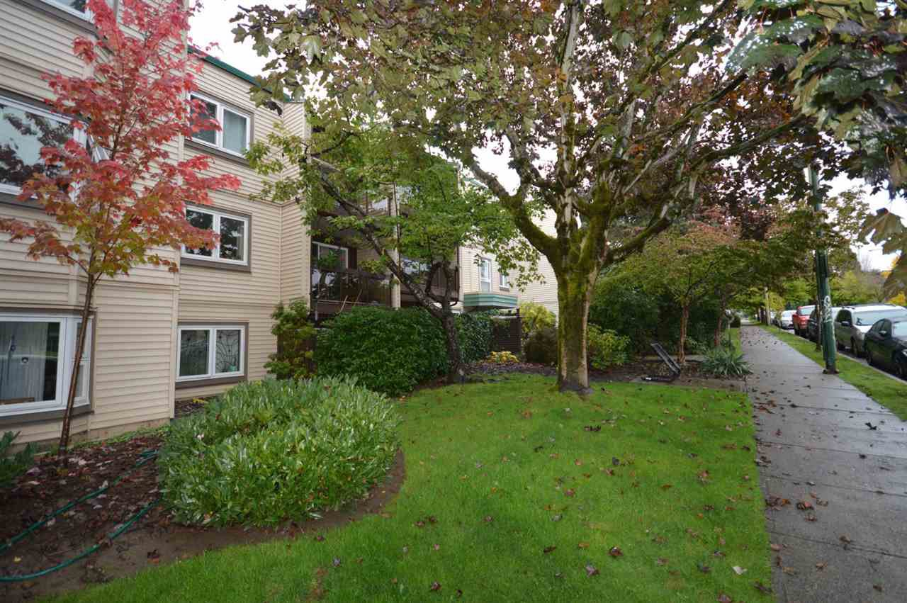 "Photo 3: Photos: 211 1429 E 4TH Avenue in Vancouver: Grandview Woodland Condo for sale in ""SANDCASTLE VILLA"" (Vancouver East)  : MLS®# R2411349"