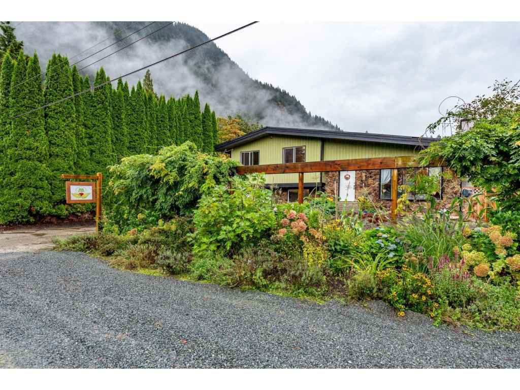 Main Photo: 520 NAISMITH Avenue: Harrison Hot Springs House for sale : MLS®# R2501990