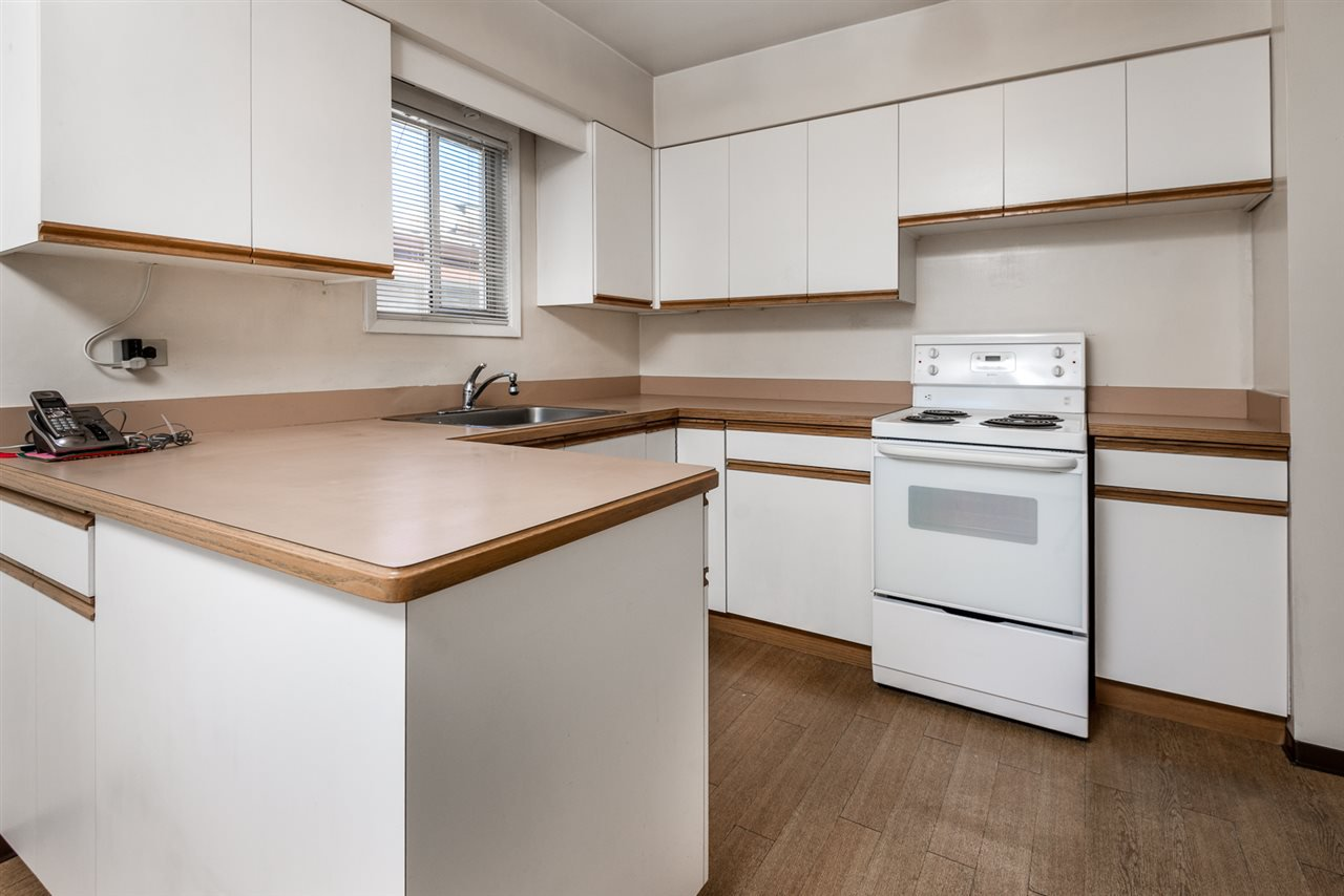 Photo 4: Photos: 2512 E 8TH Avenue in Vancouver: Renfrew VE House for sale (Vancouver East)  : MLS®# R2014128