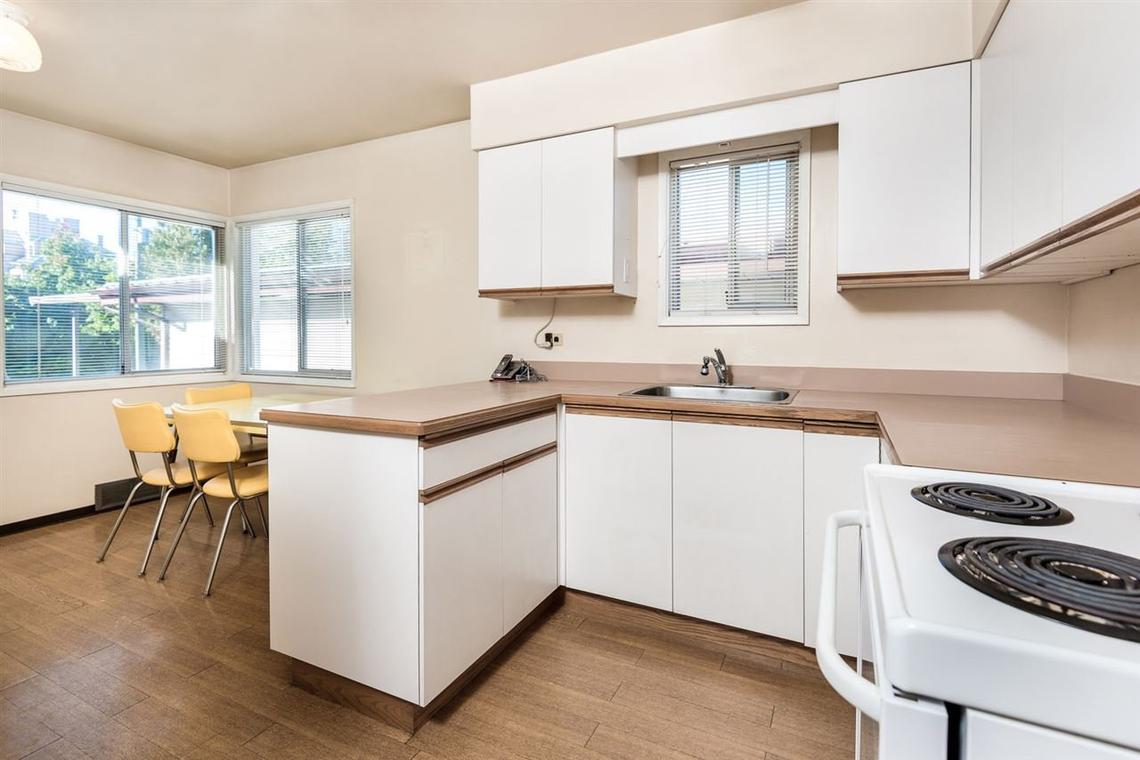 Photo 3: Photos: 2512 E 8TH Avenue in Vancouver: Renfrew VE House for sale (Vancouver East)  : MLS®# R2014128