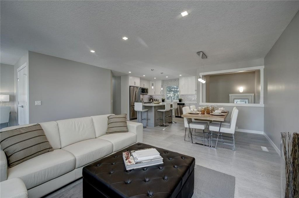 Photo 10: Photos: 210 OAKMOOR Place SW in Calgary: Oakridge House for sale : MLS®# C4111441