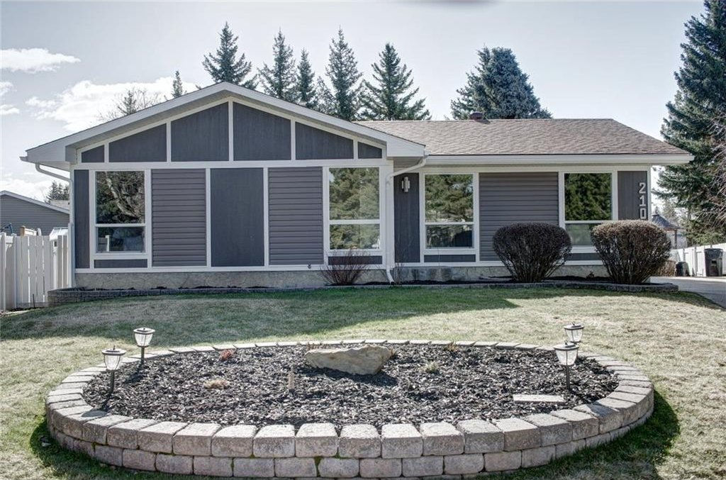 Photo 2: Photos: 210 OAKMOOR Place SW in Calgary: Oakridge House for sale : MLS®# C4111441