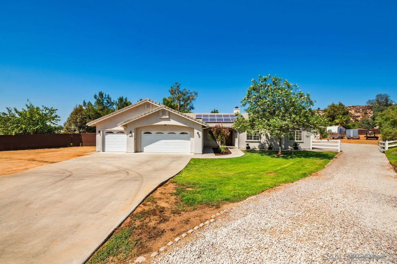 Main Photo: RAMONA House for sale : 5 bedrooms : 790 Sunny Hills Ct