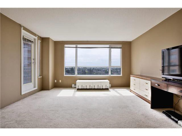 """A Conrete building. Corner Unit. Fantastic Open"