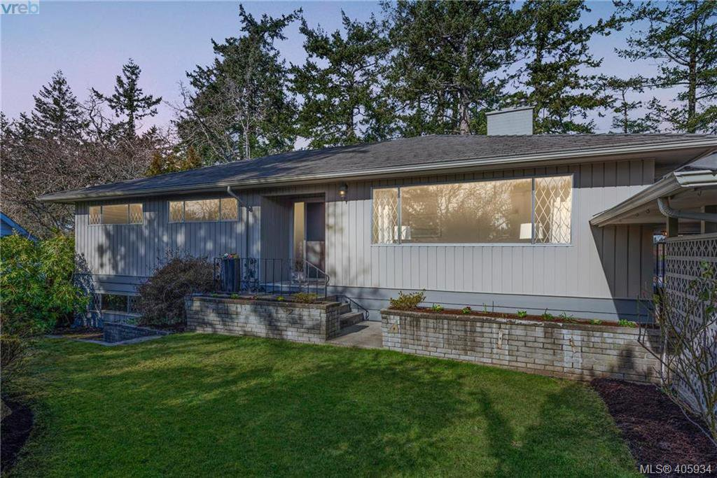 Main Photo: 1116 Nicholson St in VICTORIA: SE Lake Hill Single Family Detached for sale (Saanich East)  : MLS®# 806715