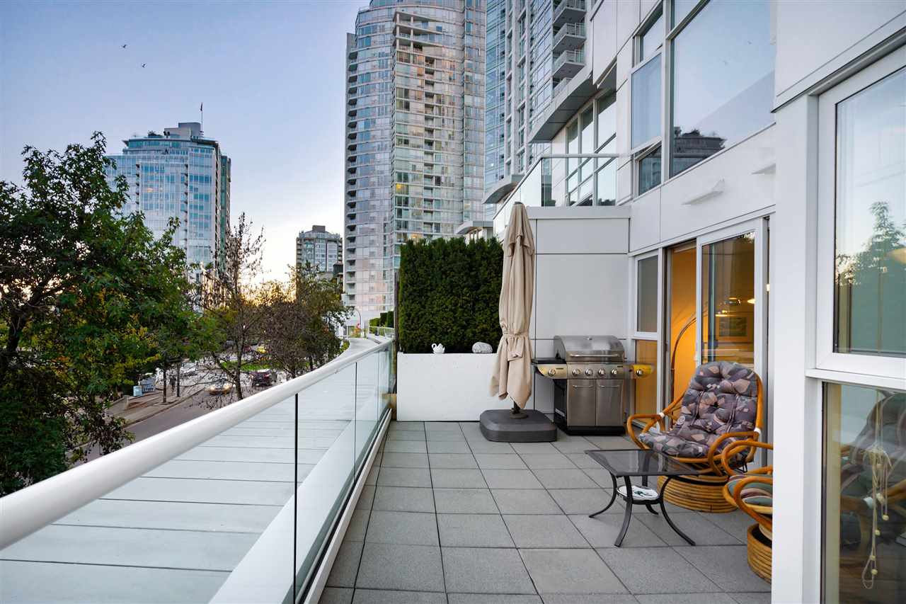 """Main Photo: 202 1111 MARINASIDE Crescent in Vancouver: Yaletown Condo for sale in """"AQUARIUS"""" (Vancouver West)  : MLS®# R2429673"""