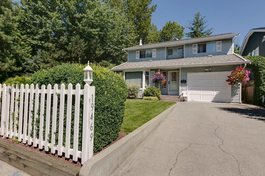 Welcome to 19469 115A Ave Pitt Meadows - complete with a white picket fence!!