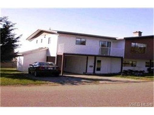 Main Photo: 1860 Chimo Place in VICTORIA: SE Lambrick Park Strata Duplex Unit for sale (Saanich East)  : MLS®# 212081