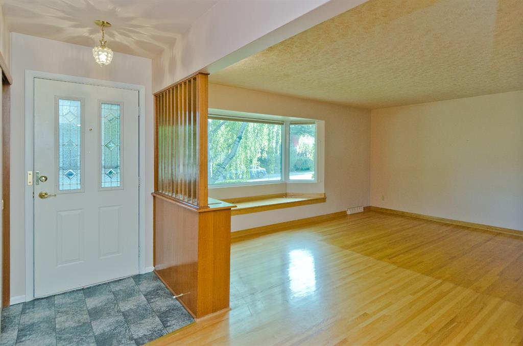 Main Photo: 1016 78 Avenue SW in Calgary: Chinook Park Detached for sale : MLS®# A1051571