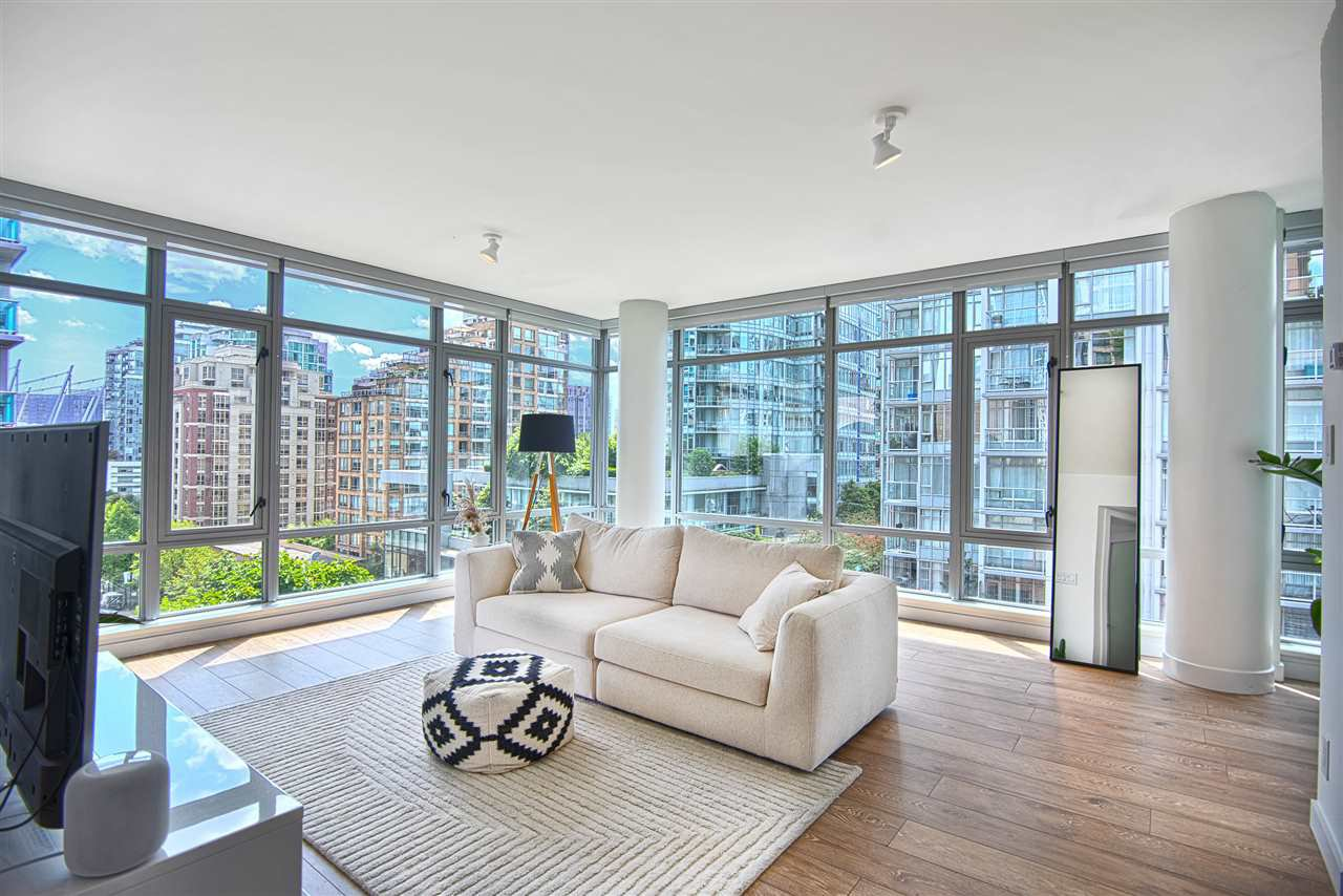 """Main Photo: 807 788 RICHARDS Street in Vancouver: Downtown VW Condo for sale in """"L'Hermitage"""" (Vancouver West)  : MLS®# R2393092"""