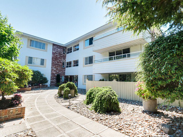"Photo 2: Photos: 203 15010 ROPER Avenue: White Rock Condo for sale in ""Baycrest"" (South Surrey White Rock)  : MLS®# F1417713"