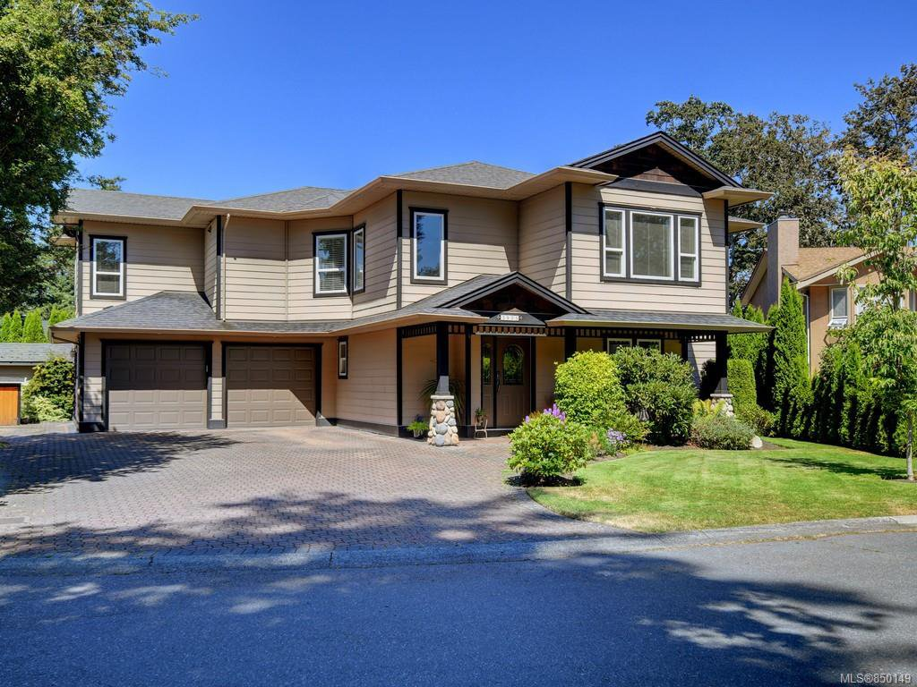 Main Photo: 3975 Blue Ridge Pl in : SW Strawberry Vale Single Family Detached for sale (Saanich West)  : MLS®# 850149