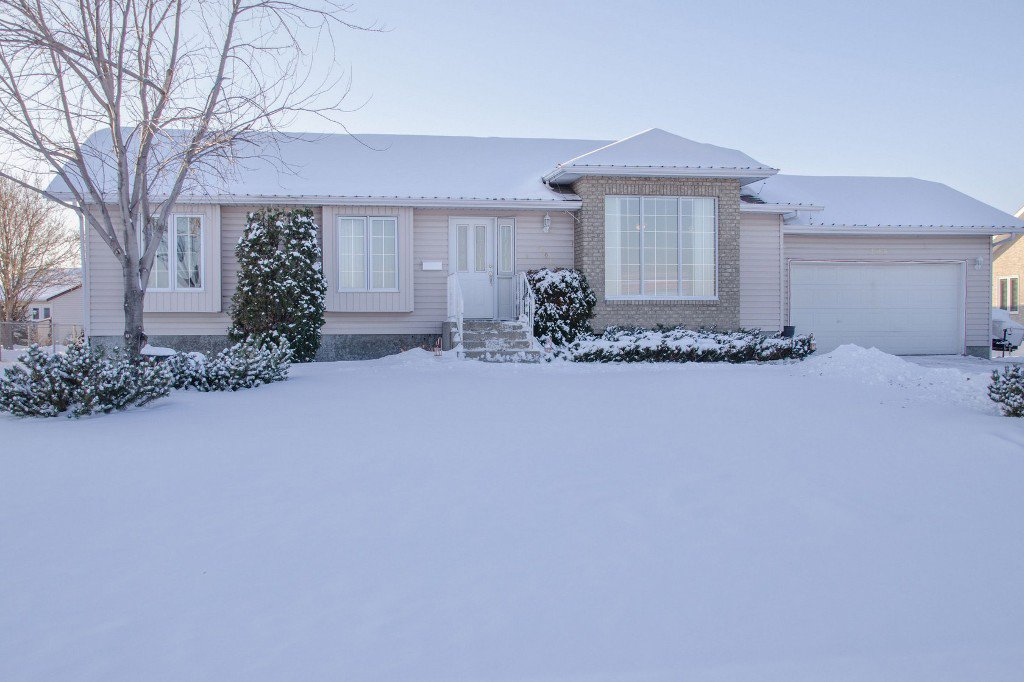 Main Photo: 205 Elm Drive in Oakbank: Single Family Detached for sale : MLS®# 1428748