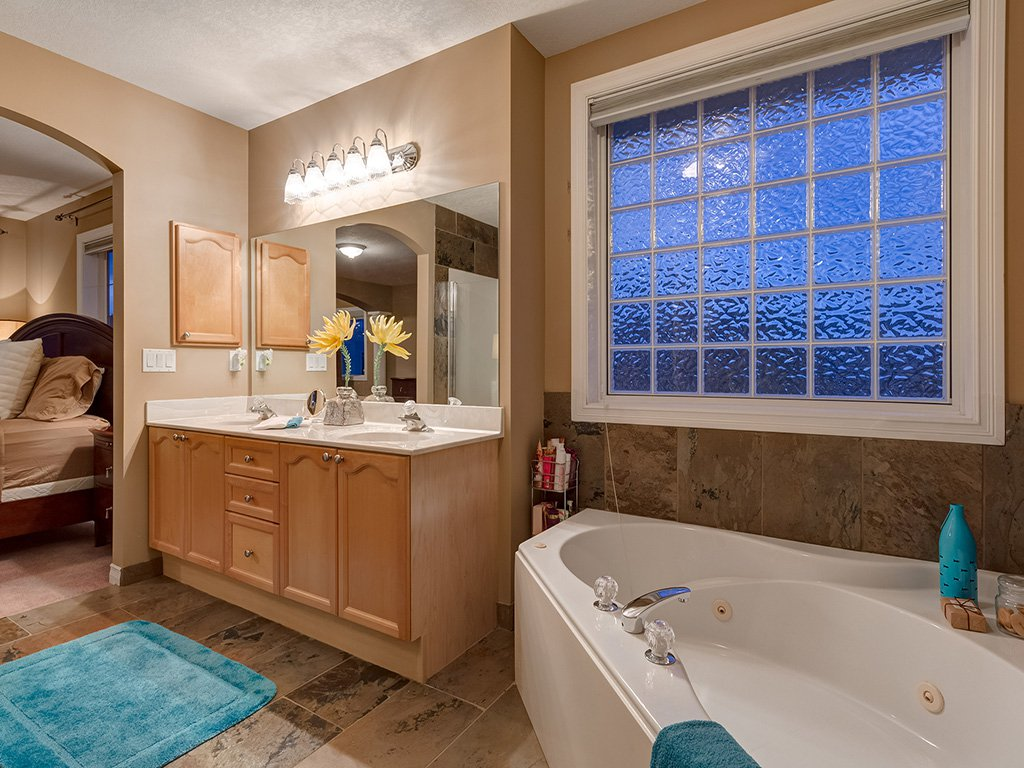Photo 25: Photos: 311 Cresthaven Place SW in Calgary: Crestmont House for sale : MLS®# c4015009