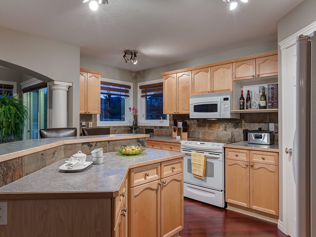 Photo 11: Photos: 311 Cresthaven Place SW in Calgary: Crestmont House for sale : MLS®# c4015009