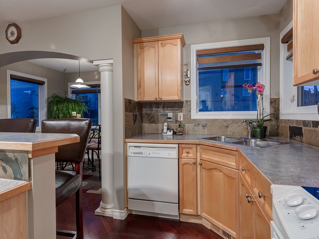 Photo 13: Photos: 311 Cresthaven Place SW in Calgary: Crestmont House for sale : MLS®# c4015009