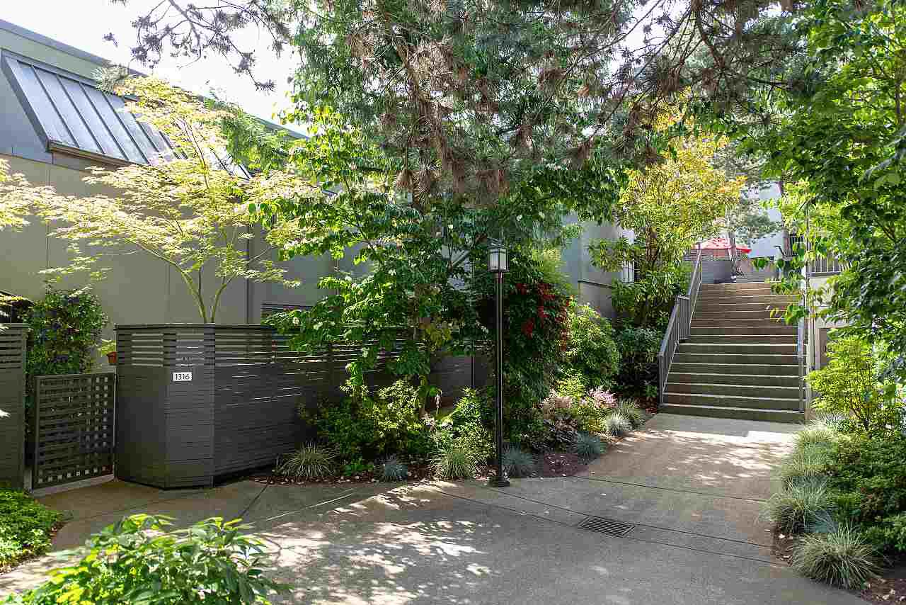 "Main Photo: 1318 W 7TH Avenue in Vancouver: Fairview VW Townhouse for sale in ""FAIRVIEW VILLAGE"" (Vancouver West)  : MLS®# R2478387"