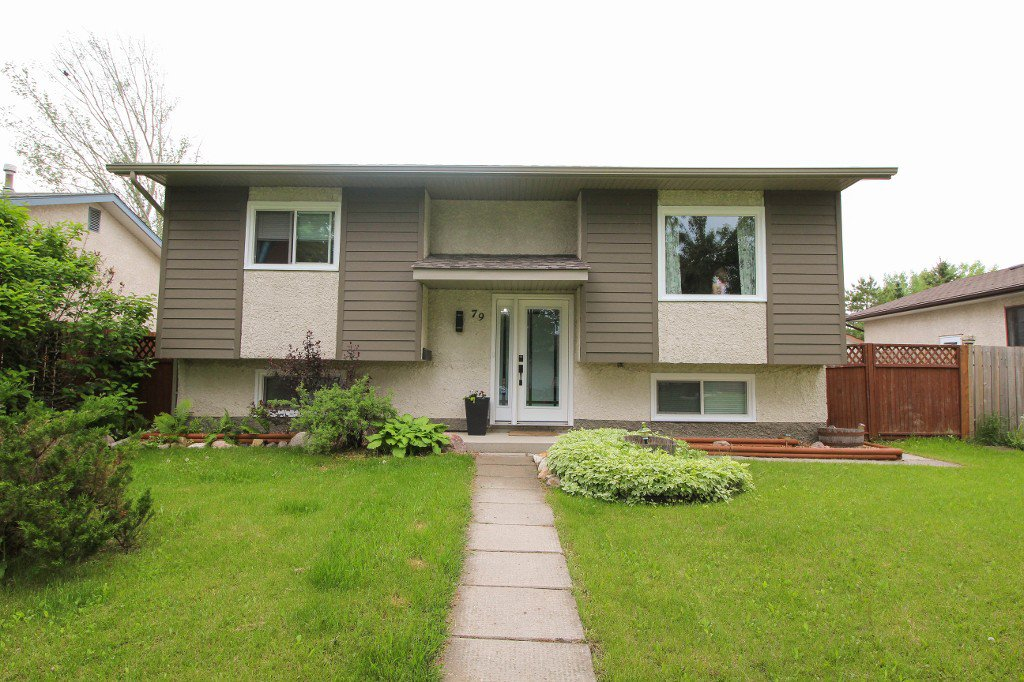 Main Photo: Gorgeous Bi-Level in Mission Gardens - $289,900