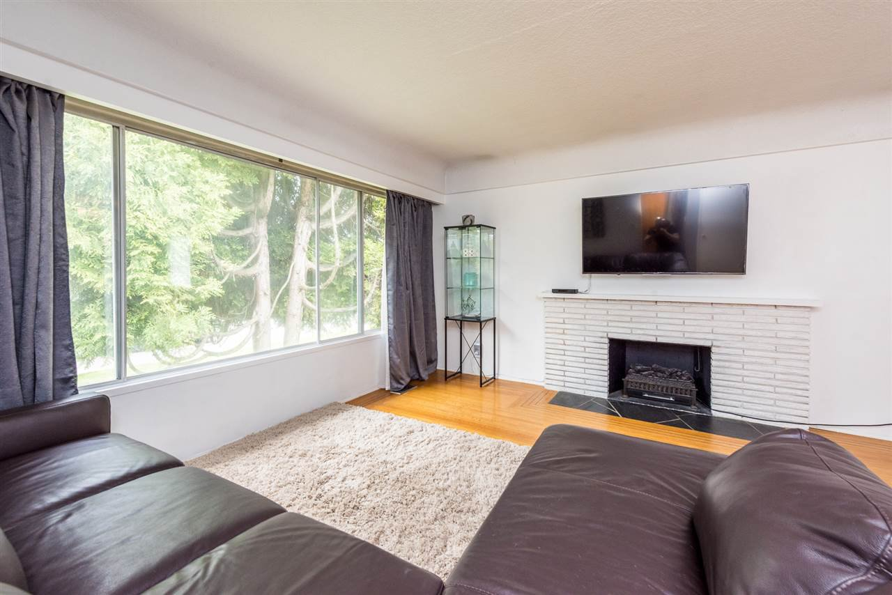 Photo 3: Photos: 6515 KERR Street in Vancouver: Killarney VE House for sale (Vancouver East)  : MLS®# R2392985