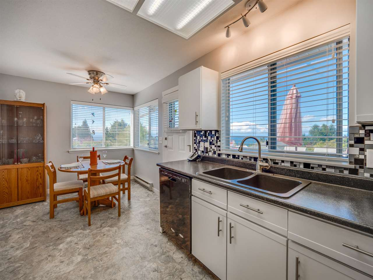 Photo 5: Photos: 4983 ARBUTUS Road in Sechelt: Sechelt District House for sale (Sunshine Coast)  : MLS®# R2427502