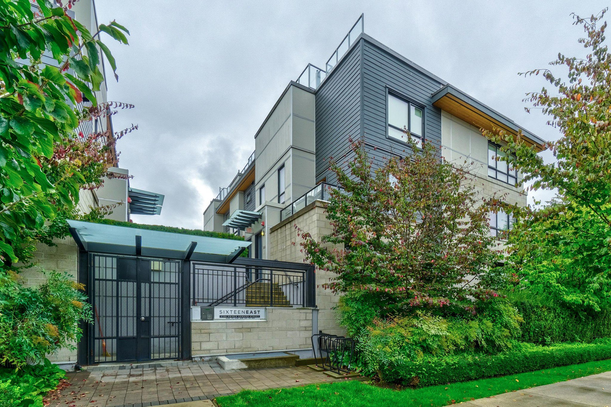 """Main Photo: 3170 PRINCE EDWARD Street in Vancouver: Mount Pleasant VE Townhouse for sale in """"SIXTEEN EAST"""" (Vancouver East)  : MLS®# R2404274"""