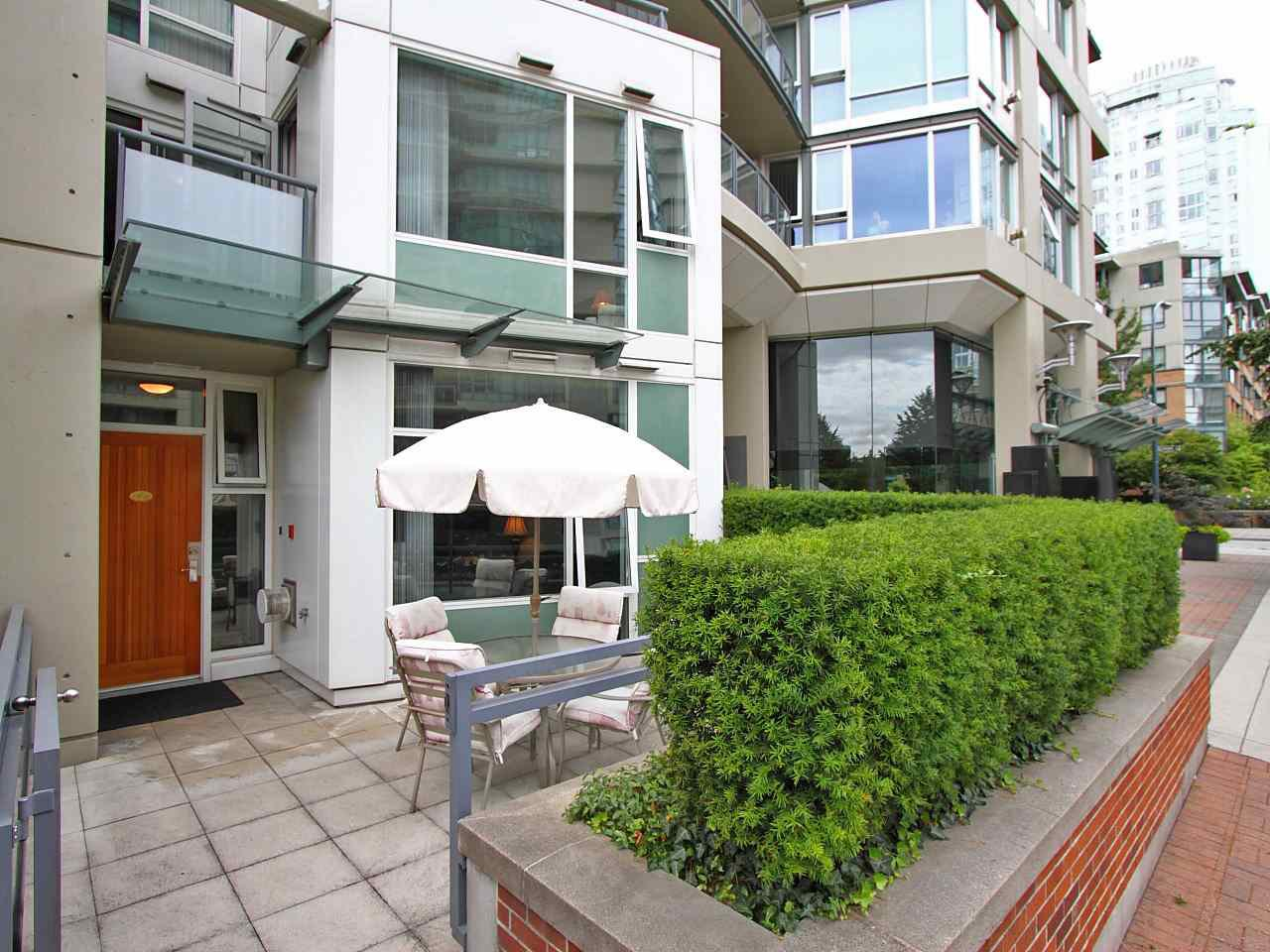 Main Photo: TH101 1383 MARINASIDE CRESCENT in Vancouver: Yaletown Townhouse for sale (Vancouver West)  : MLS®# R2260171