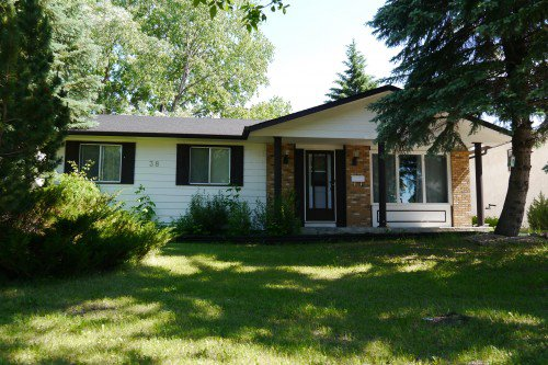 Main Photo: 38 Lakeside Drive in Winnipeg: Waverley Heights Single Family Detached for sale (South Winnipeg)  : MLS®# 1425152