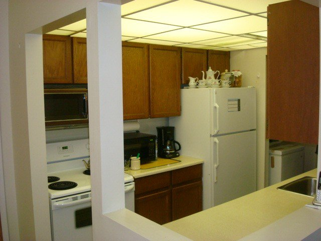 """Photo 3: Photos: 126 8500 ACKROYD Road in Richmond: Brighouse Condo for sale in """"WESTHAMPTON COURT"""" : MLS®# V992566"""
