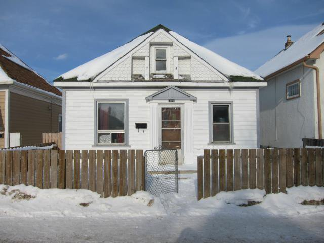 Main Photo: 901 Selkirk Avenue in WINNIPEG: North End Residential for sale (North West Winnipeg)  : MLS®# 1301972