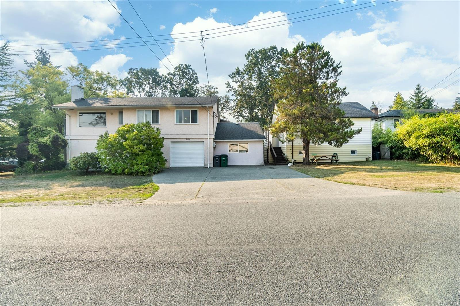Main Photo: 949 McBriar Ave in : SE Lake Hill House for sale (Saanich East)  : MLS®# 854961
