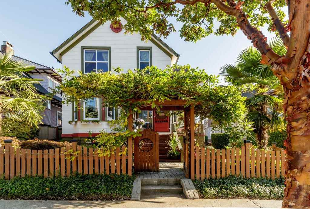 """Main Photo: 327 PINE Street in New Westminster: Queens Park House for sale in """"Queens Park"""" : MLS®# R2411440"""