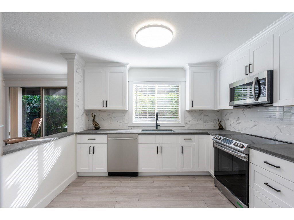 """Main Photo: 102 15440 VINE Avenue: White Rock Condo for sale in """"The Courtyards"""" (South Surrey White Rock)  : MLS®# R2520396"""