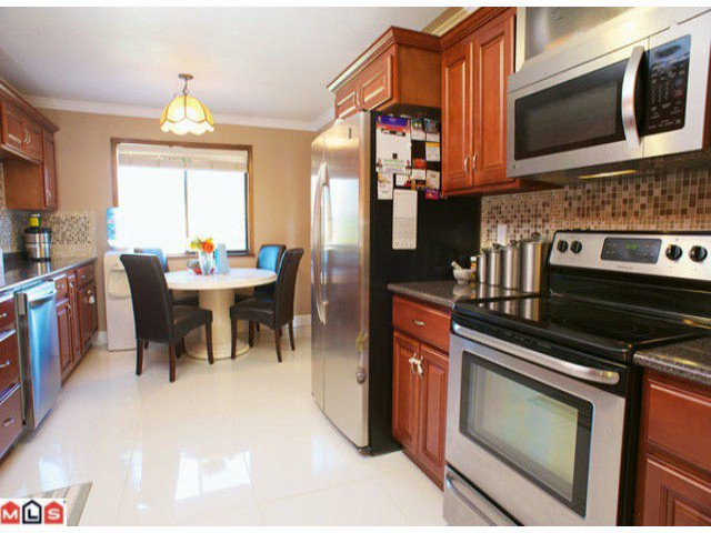 """Photo 3: Photos: 7734 124TH Street in Surrey: West Newton House for sale in """"Strawberry Hill"""" : MLS®# F1218788"""