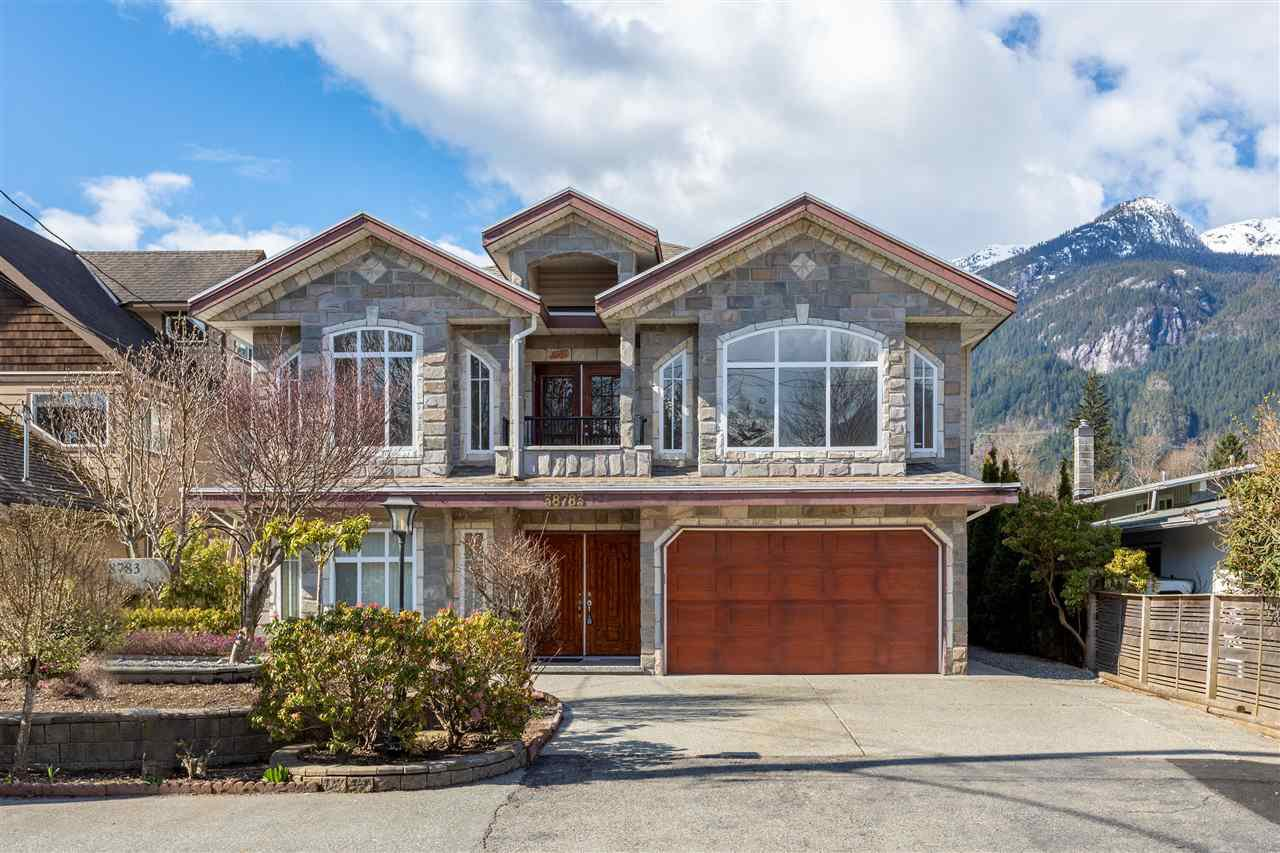 Main Photo: 38783 GARIBALDI Avenue in Squamish: Dentville House for sale : MLS®# R2447325