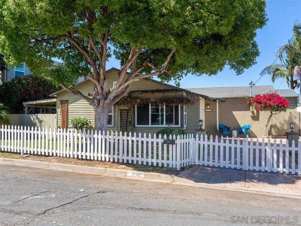 Main Photo: POINT LOMA House for sale : 3 bedrooms : 3702 Oleander Dr in San Diego