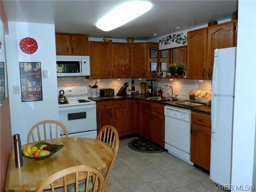 Main Photo: 107 3048 Washington Avenue in VICTORIA: Vi Burnside Townhouse for sale (Victoria)  : MLS®# 317784