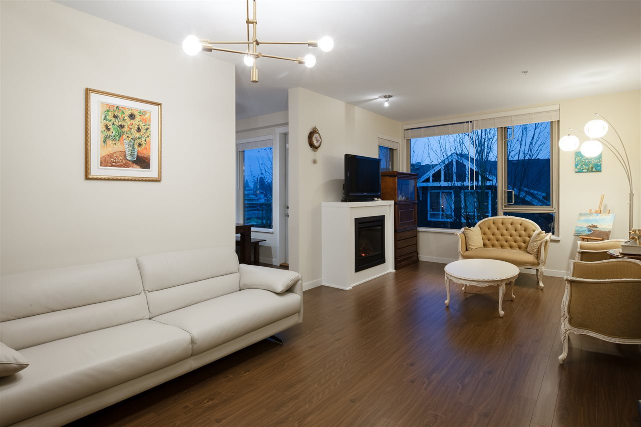 Main Photo: 305 119 W 22ND STREET in North Vancouver: Central Lonsdale Condo for sale : MLS®# R2419314