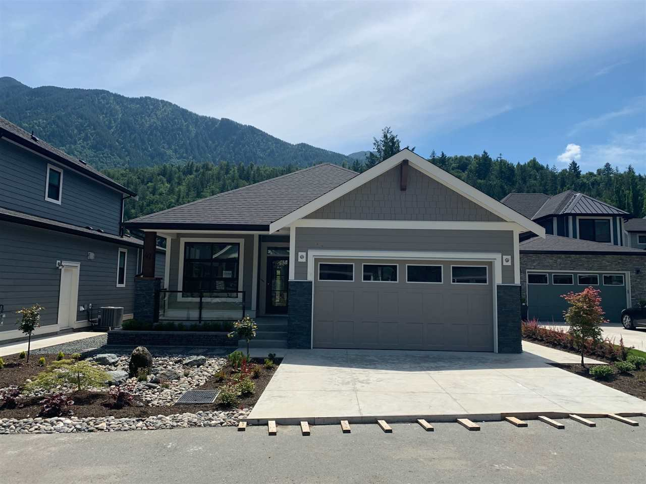 """Main Photo: 47 1885 COLUMBIA VALLEY Road in Cultus Lake: Lindell Beach House for sale in """"AQUADEL CROSSING"""" : MLS®# R2463620"""