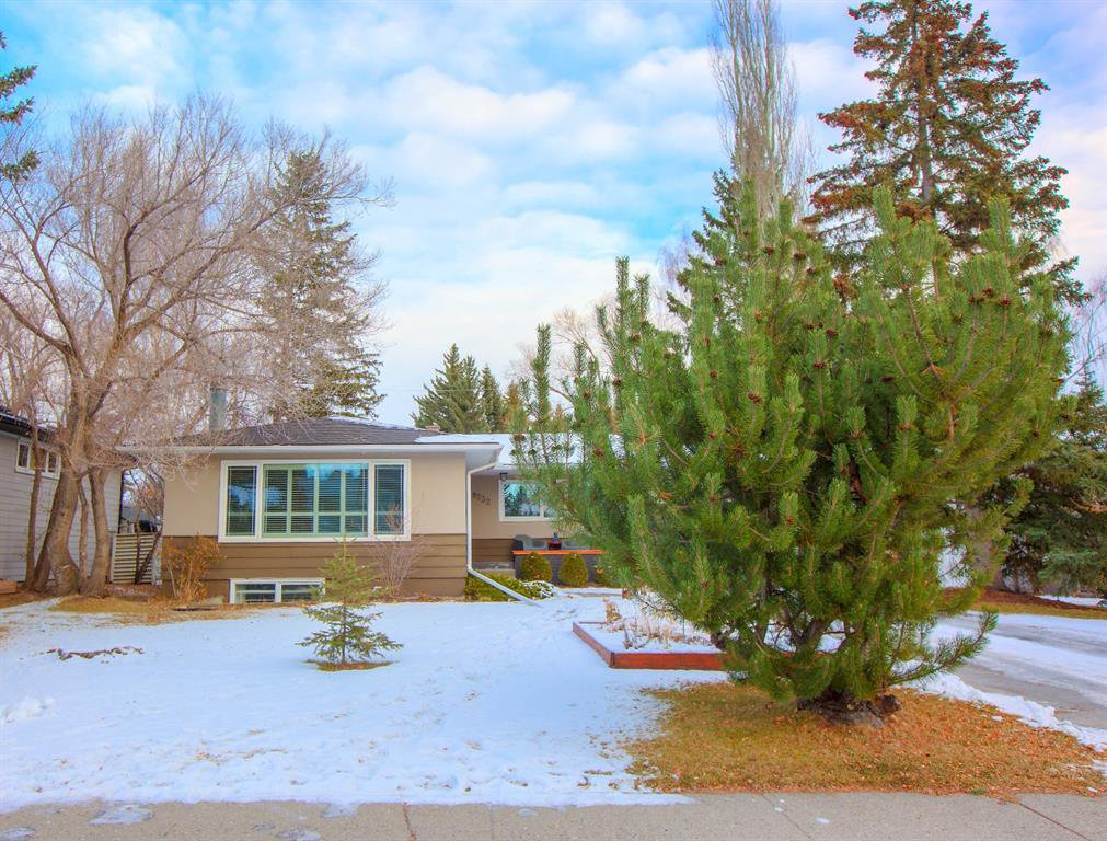 Main Photo: 8232 10 Street SW in Calgary: Chinook Park Detached for sale : MLS®# A1055347