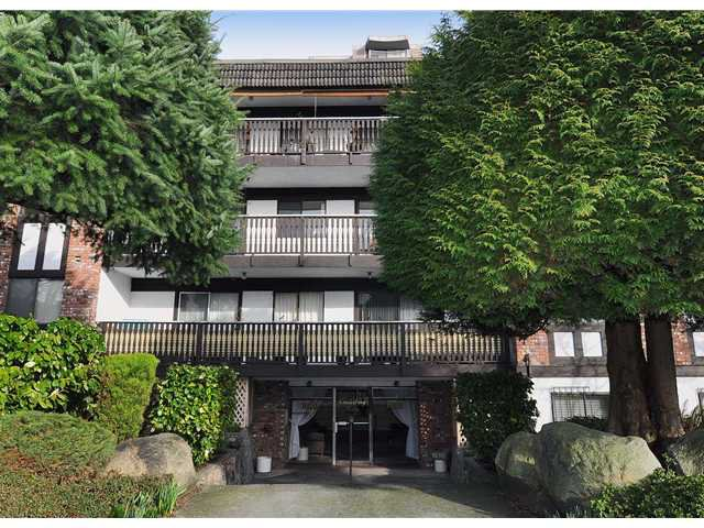 "Main Photo: 204 1610 CHESTERFIELD Avenue in North Vancouver: Central Lonsdale Condo for sale in ""CANTERBURY HOUSE"" : MLS®# V934824"